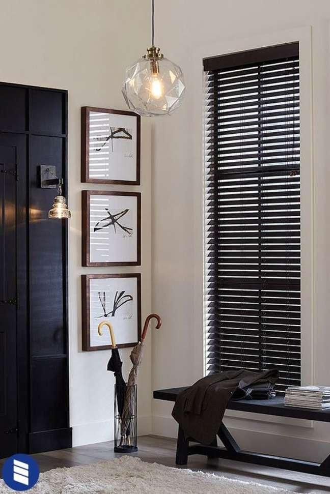32. Persiana preta na sala de estar com banco preto – Foto Blinds
