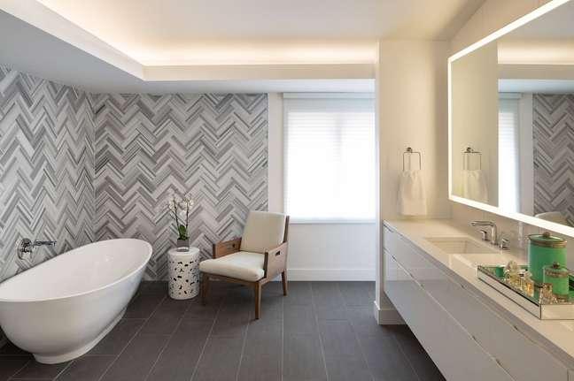 58. Papel de parede cinza para decoração de banheiro grande – Foto: Houzz