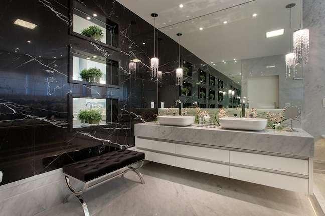 45. Decoração preto e branco para banheiro de luxo grande com parede de mármore – Foto: Homify