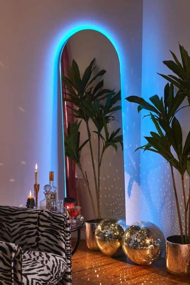 8. Espelho com luz neon azul ao redor – Foto Urban Outfitters