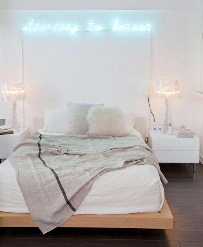 23. Quarto com luminaria luz neon – Foto Pinterest