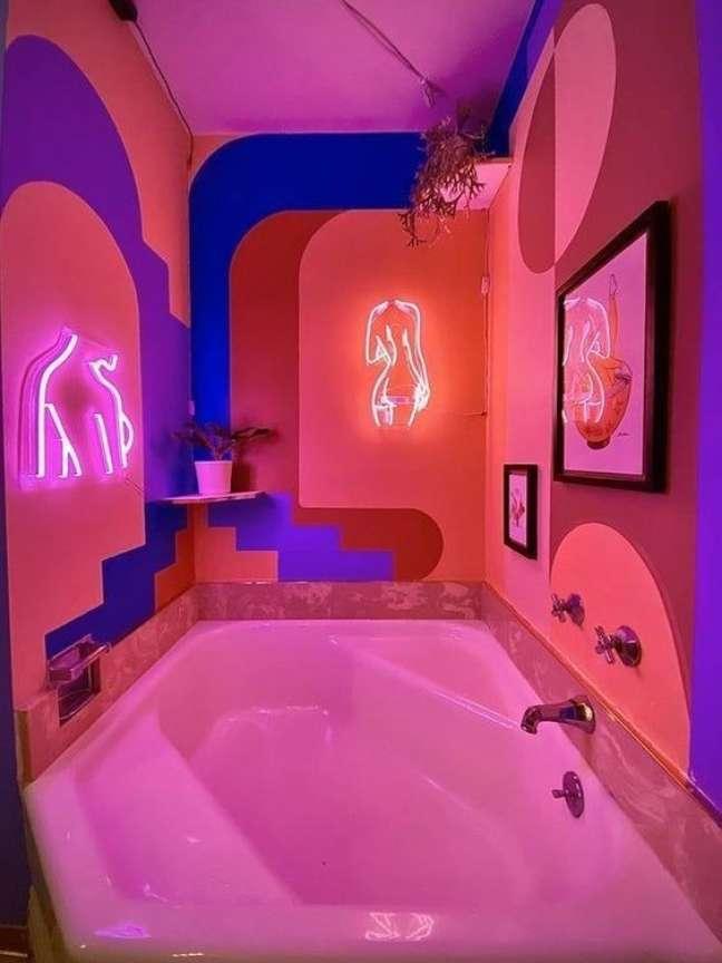 53. Banheiro com luz neon cor de rosa e pintura setorizada colorida – Foto Pinterest