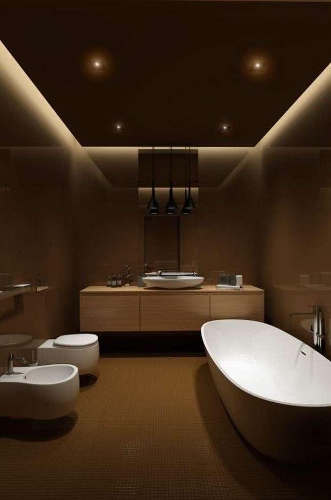 14. Banheiro grande com banheira de imersão decorado com revestimento bege escuro – Foto: Behance