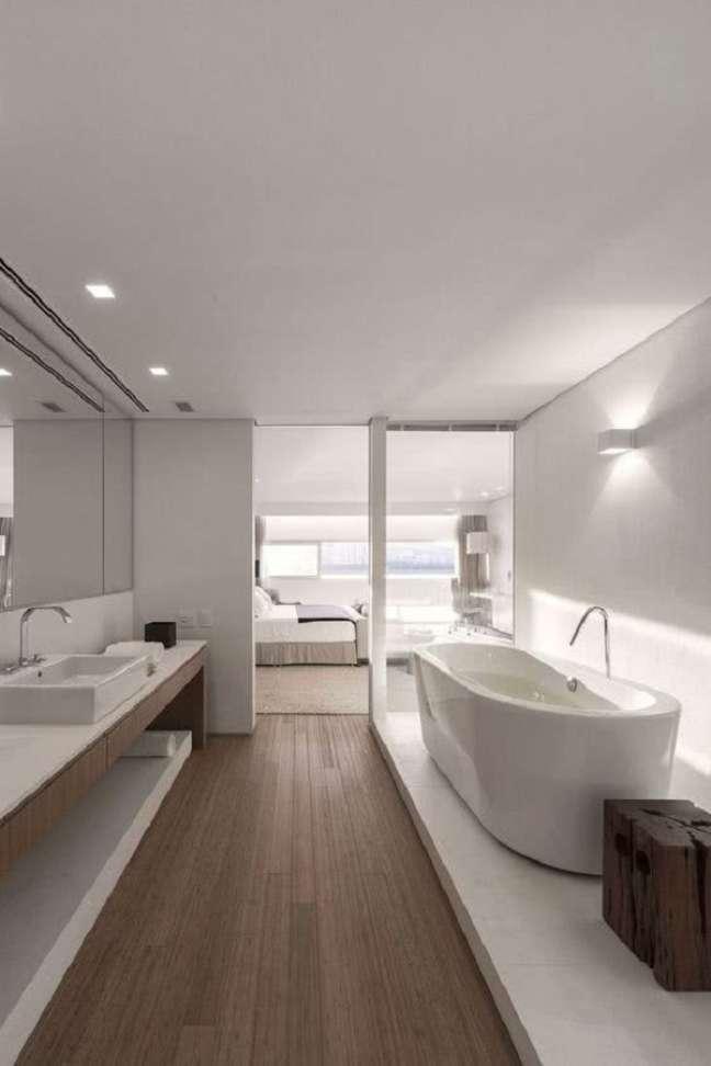 18. Banheiro grande moderno decorado com piso de madeira e banheira de imersão – Foto: Pinterest