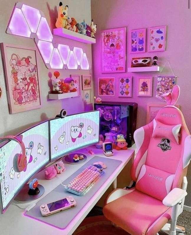 32. Quarto gamer com iluminação neon e quadros temáticos – Foto Pinterest