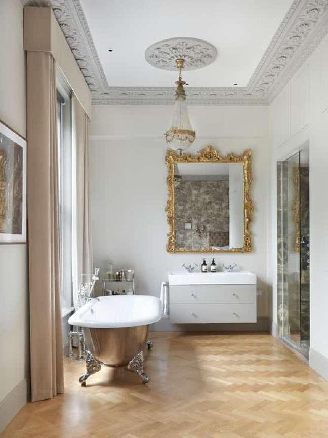 15. Lustre de cristal para banheiro grande decorado com espelho e banheira vitoriana – Foto: Houzz