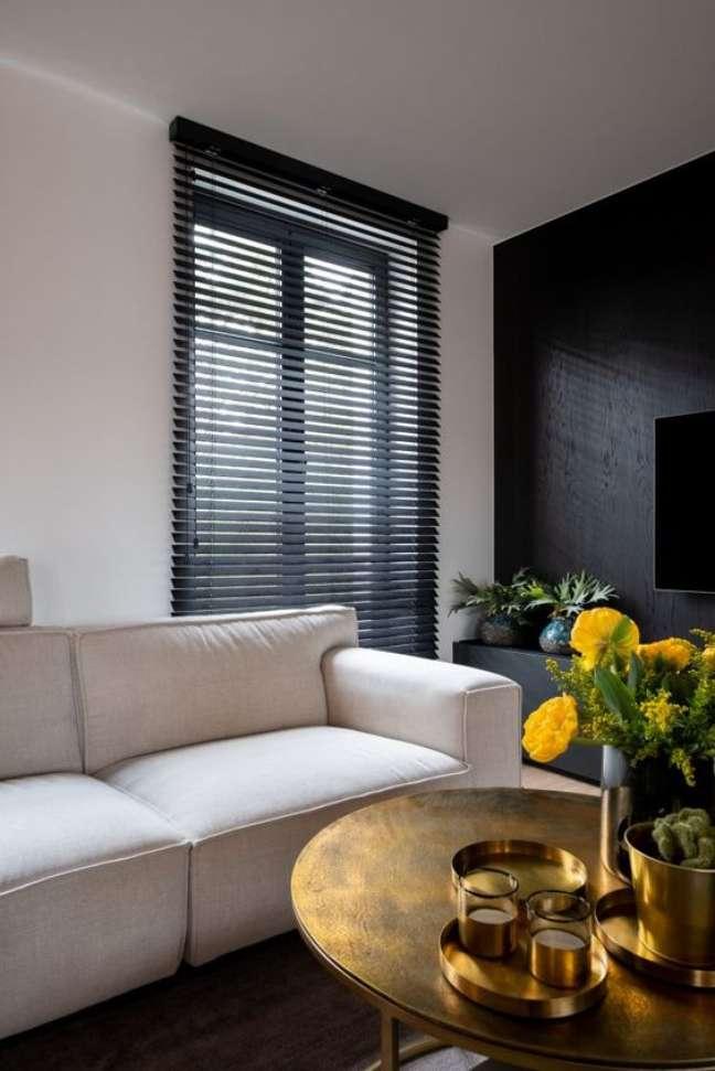 13. Sala de estar neutra com persiana preta – Foto Hoog Design
