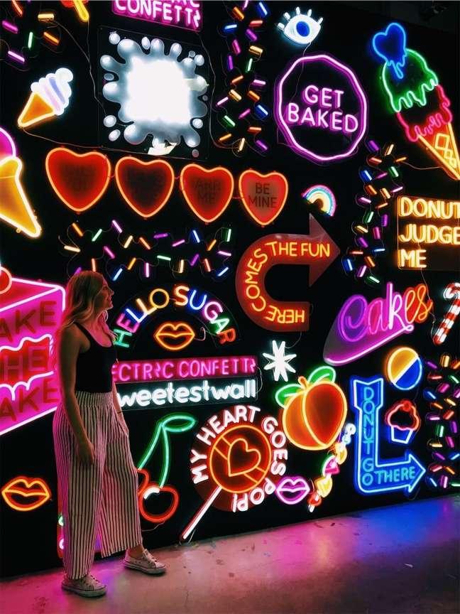 57. Decoração com luz neon colorida – Foto VSCO