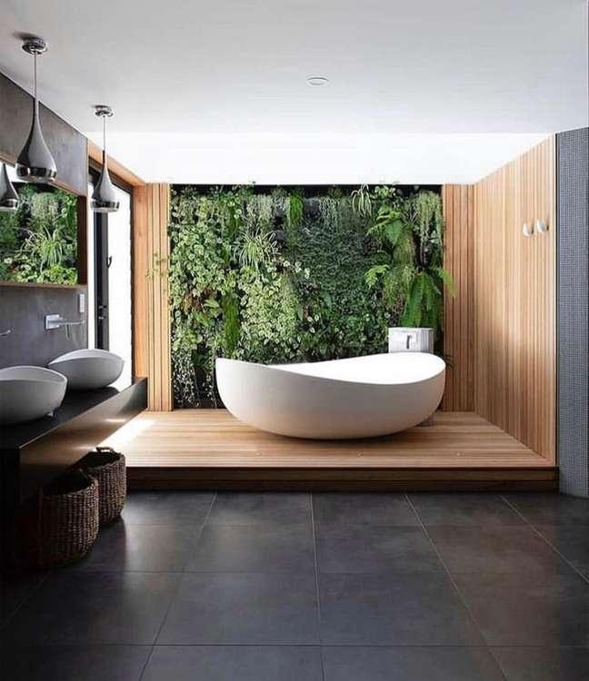 52. Jardim vertical para decoração de banheiro grande com banheira redonda de imersão – Foto: Vobibr
