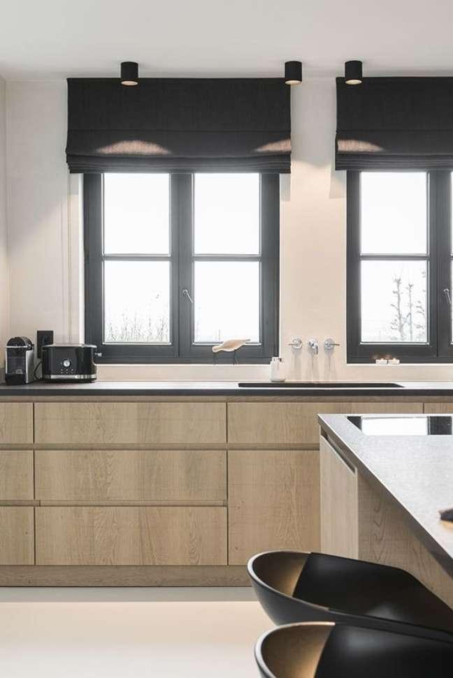 24. Cozinha de madeira com persiana preta – Foto Amazon