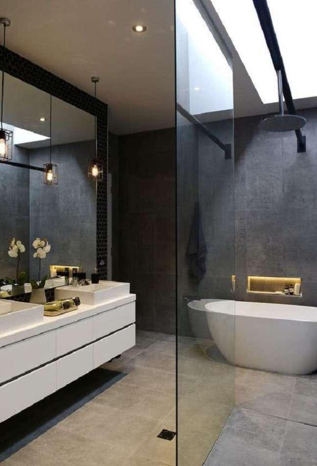 12 Banheira de imersão para banheiro grande moderno decorado com revestimento preto – Foto: Futurist Architecture