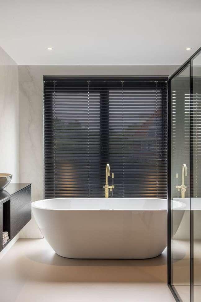 20. Banheiro com banheira e persiana preta – Foto Zonne Lux