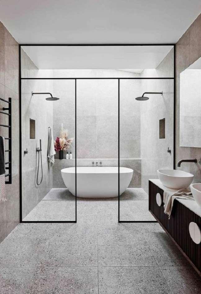 40. Decoração minimalista para banheiro grande com banheira de imersão – Foto: Homify