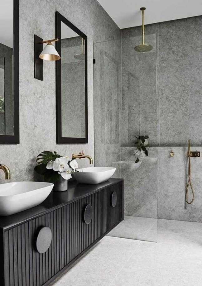 50. Gabinete preto para banheiro grande moderno decorado com revestimento cinza – Foto: Futurist Architecture