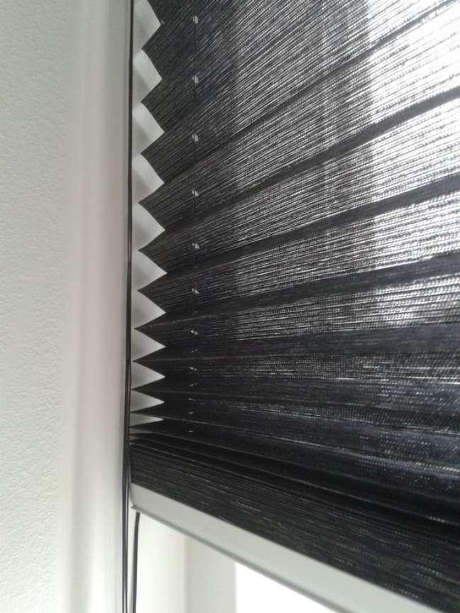 23. Cortina persiana preta para janela de escritório – Foto Harto Roze