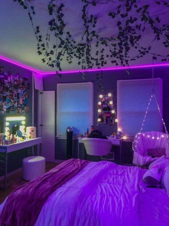 61. Decoração criativa de quarto com luz neon e móveis confortáveis – Foto Pinterest