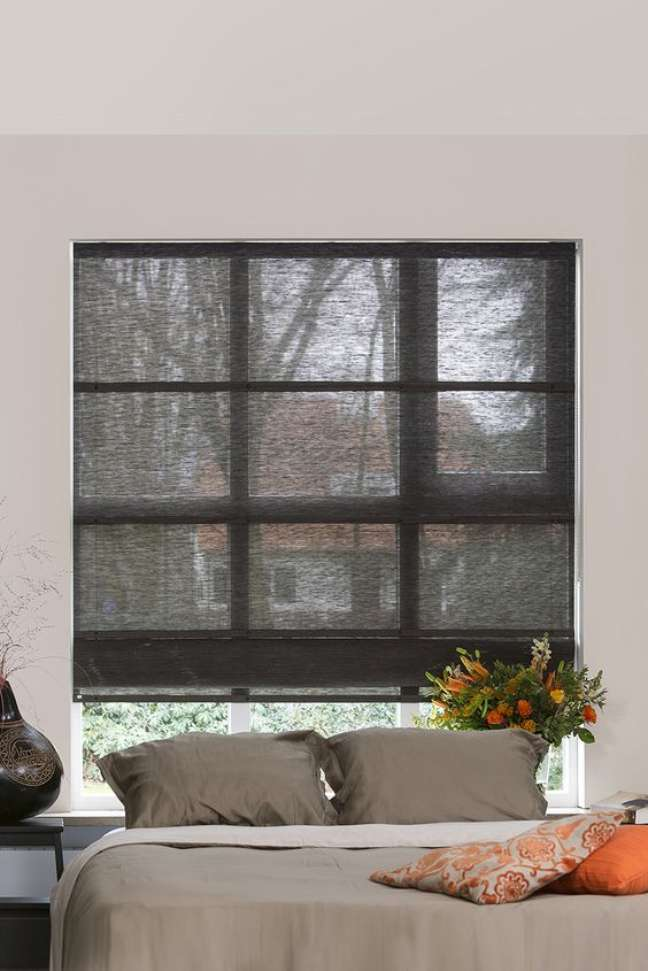 49. Quarto com persiana preta na janela atrás da cama – Foto Jasno