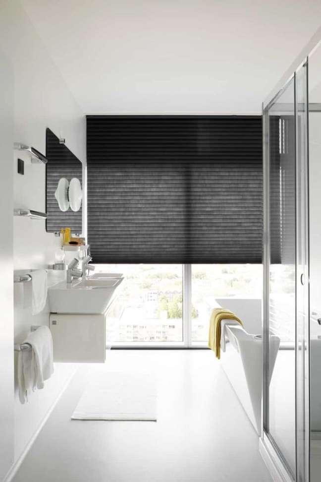 21. Banheiro com cortina persiana preta – Foto Tusisin