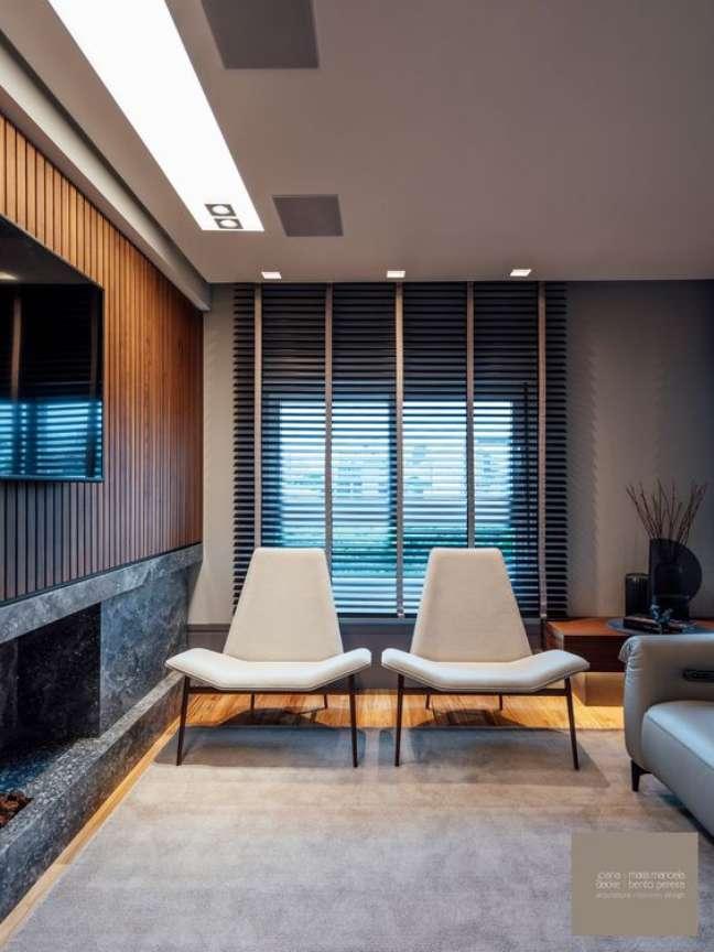 11. Sala de estar com persiana preta de madeira – Foto Joana e Manoela