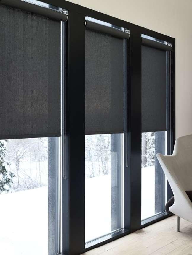 28. Janela com persiana preta – Foto Wood Notes