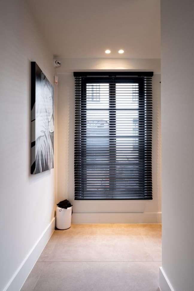 57. Sala com persiana preta e quadro preto e branco – Foto Hoog Design