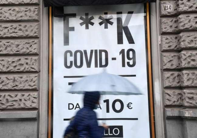 Cartaz ironiza pandemia de Covid-19 em Piacenza, norte da Itália