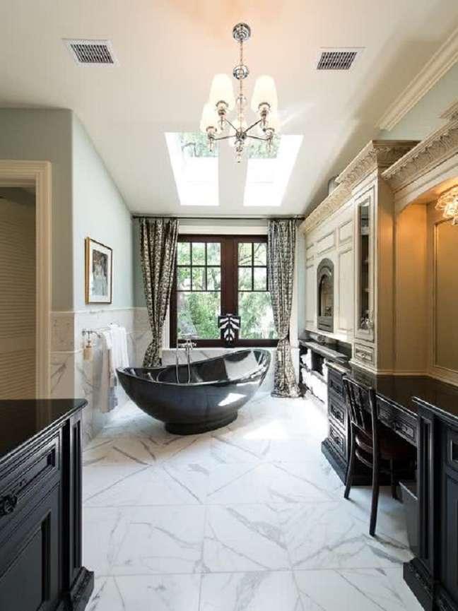 46. Decoração sofisticada para banheiro grande com banheira preta – Foto: Home Fashion Trend