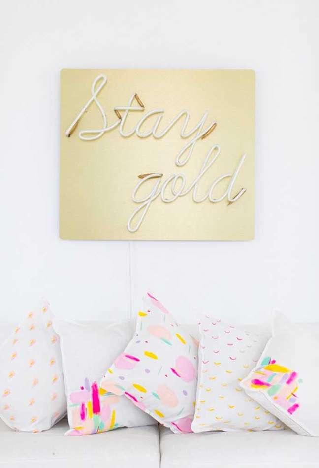 44. Sala de estar com luz neon dourada na parede do sofá – Foto Pinterest