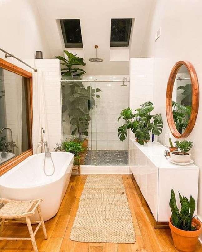 56. Modelo de banheiro grande rústico decorado com banheira de imersão e espelho redondo – Foto: Fashion Bubbles