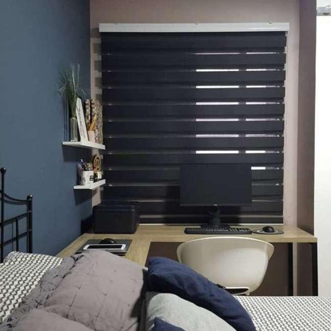 31. Persiana preta horizontal no quarto planejado com escrivaninha – Foto Pinterest