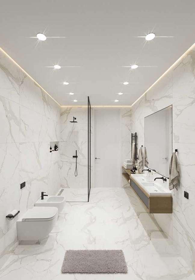 35. Decoração de banheiro grande minimalista todo branco – Foto: Pinterest
