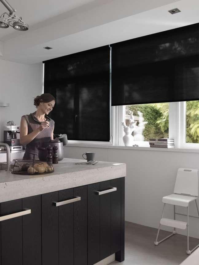 25. Cozinha moderna com persiana preta e móveis brancos – Foto Casa de Valentina