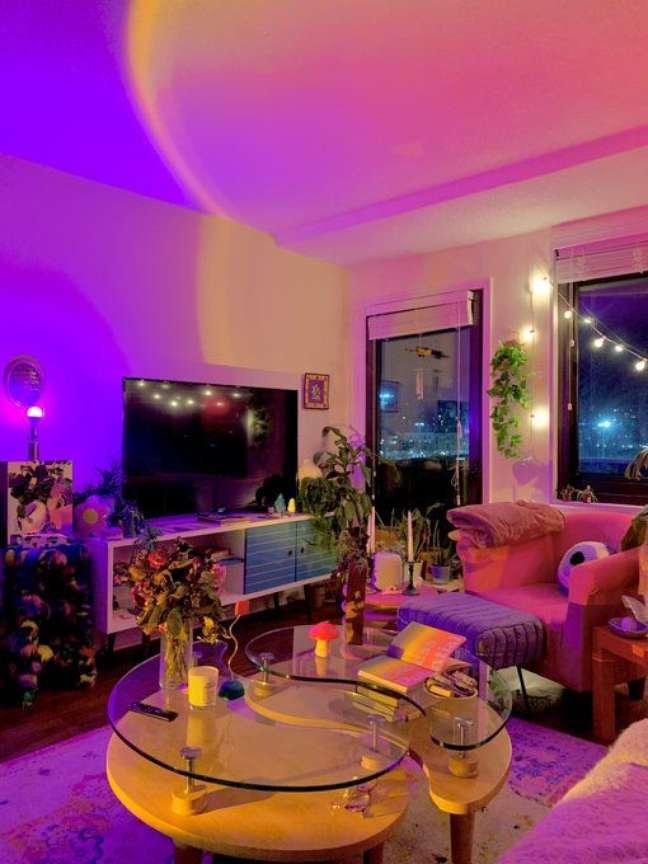 9. Sala de estar iluminada com luz neon – Foto Pinterest