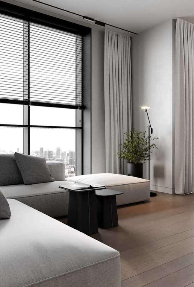 19. Sala neutra com persiana preta e sofá cinza – Foto Pinterest