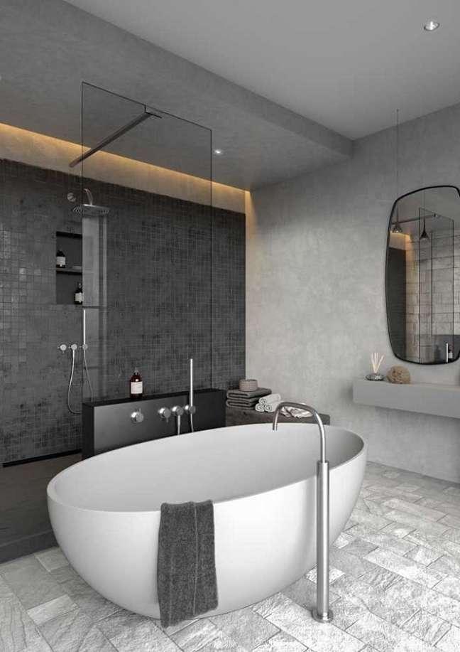 21. Banheiro grande moderno decorado com revestimento cinza quadriculado e banheira de imersão – Foto: Home Fashion Trend