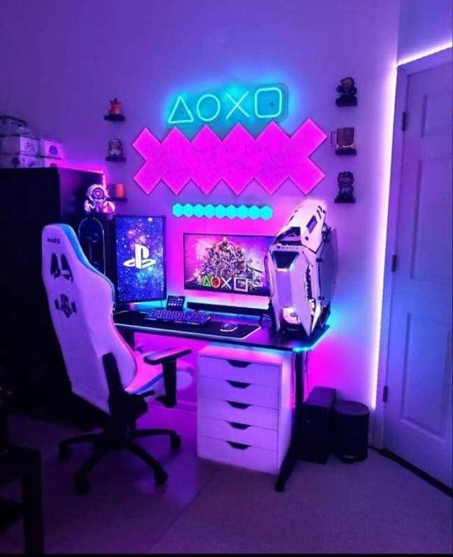 35. Quarto gamer com luz neon temática – Foto Pinterest