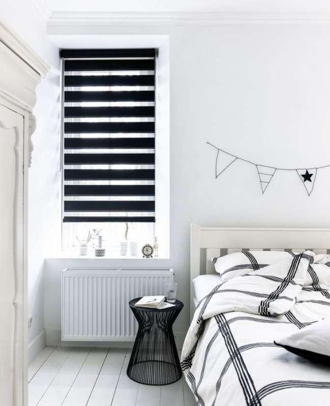 47. Quarto branco com persiana preta – Foto Budget Blinds