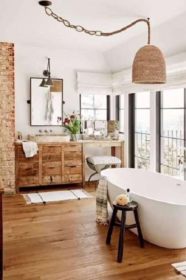 32. Decoração de banheiro grande com gabinete rústico e banheira de imersão – Foto: Apartment Therapy