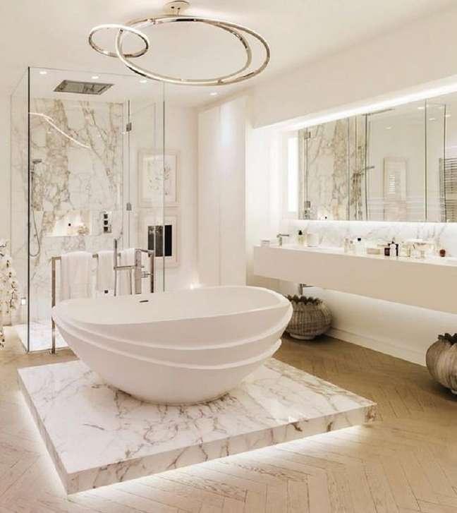 6. Decoração de banheiro grande com banheira redonda moderna – Foto: Arkpad
