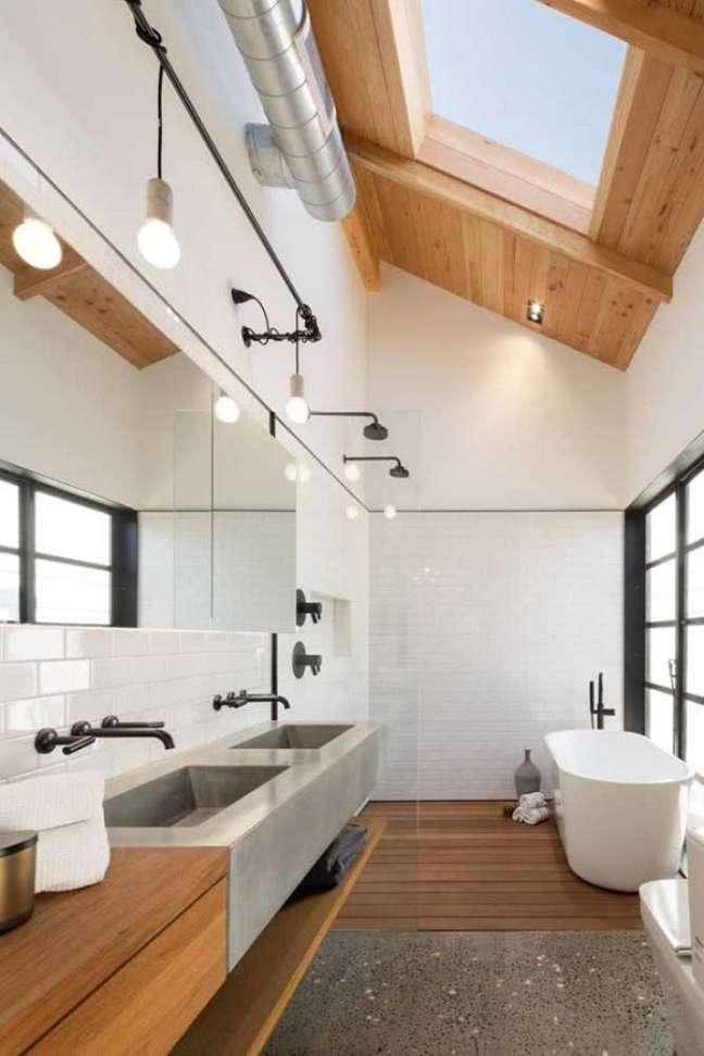 2. Além de melhorar a iluminação a claraboia traz um charme especial para o banheiro grande decorado – Foto: Home Fashion Trend
