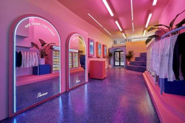 54. Closet com luz neon no espelho e no teto – Foto Cnbc