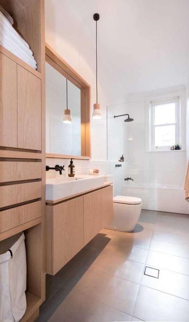 57. Móveis de madeira para decoração de banheiro grande – Foto: Architecture Art Designs