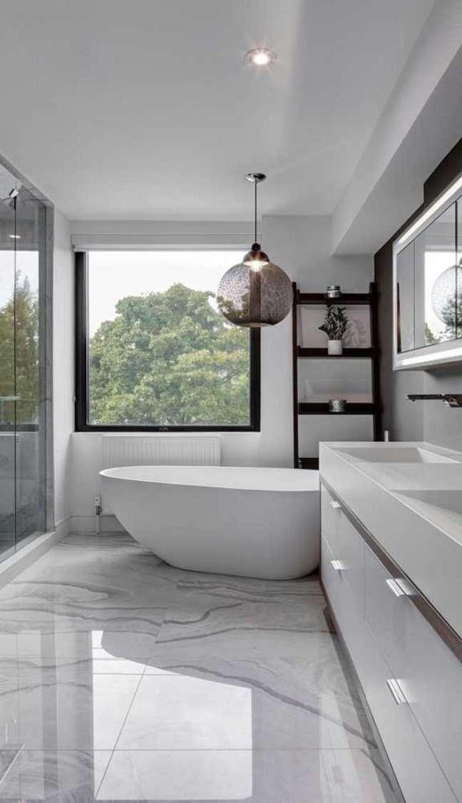 53. Luminária moderna para decoração de banheiro grande com banheira – Foto: Home Fashion Trend