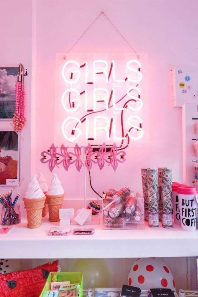 65. Decoração de quarto feminino com luminaria luz neon – Foto Fashionismo