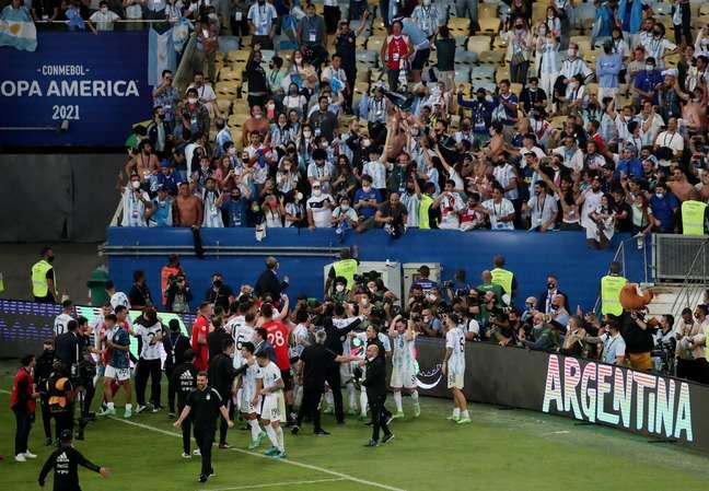 Jogadores e torcedores argentinos festejam título da Copa América