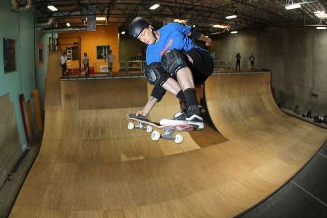 Tony Hawk em pista de skate na Califórnia 08/05/2020 REUTERS/Mike Blake