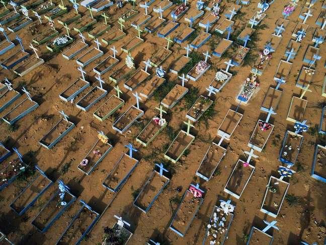 Vista aérea de cemitério em Manaus (AM) em meio à pandemia de coronavírus  07/07/2021 REUTERS/Bruno Kelly
