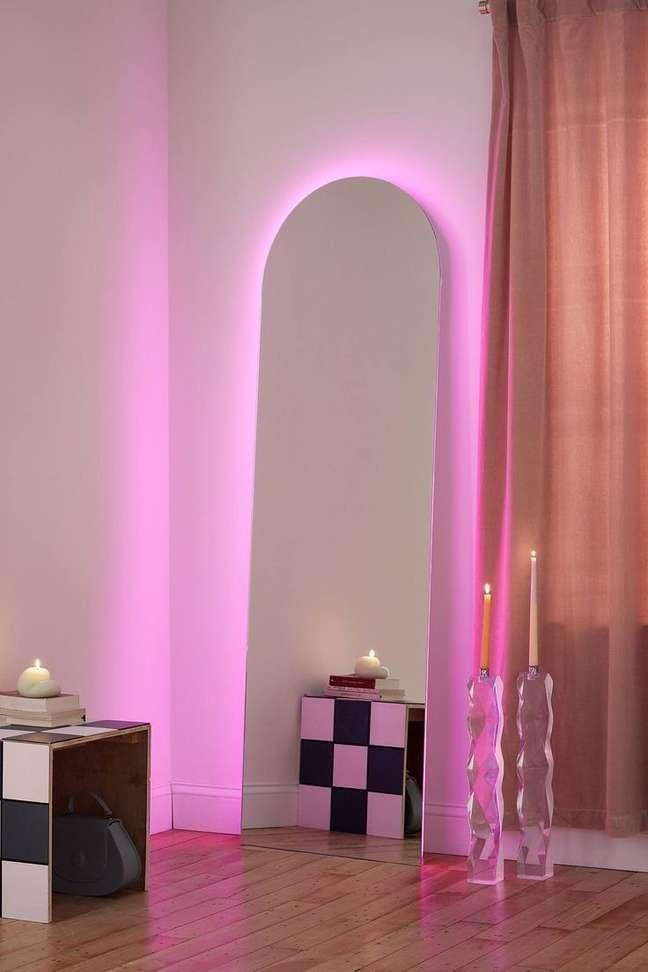 12. Espelho com luz neon rosa – Foto Urban Outfitters