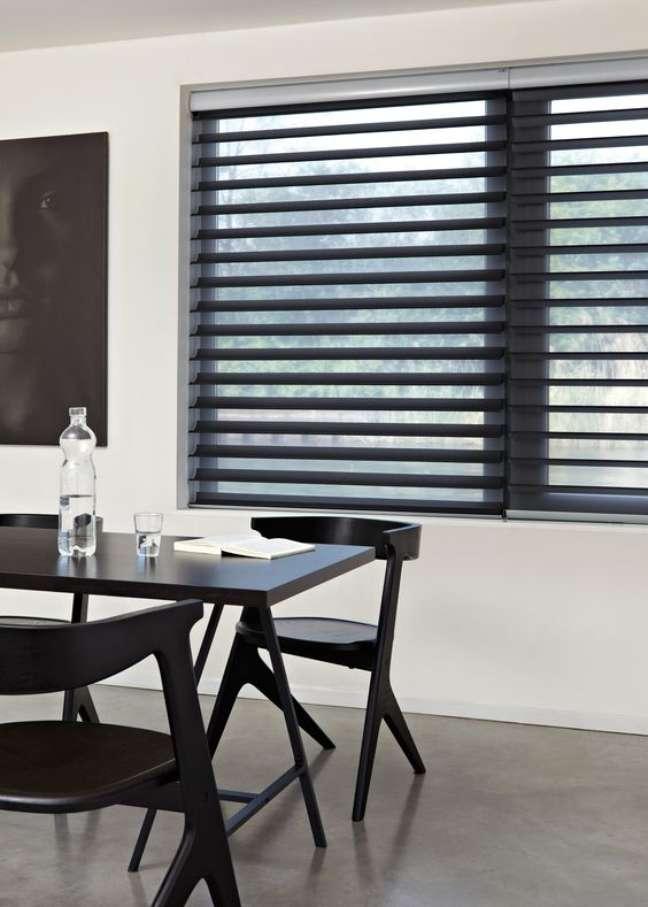 16. Janela com persiana preta na sala de jantar – Foto Luxaflex