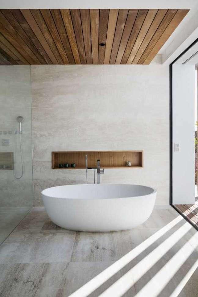 25. Decoração clean para banheiro grande com banheira de imersão e teto de madeira – Foto: Houzz